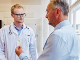 Patient übergibt Röhrchen